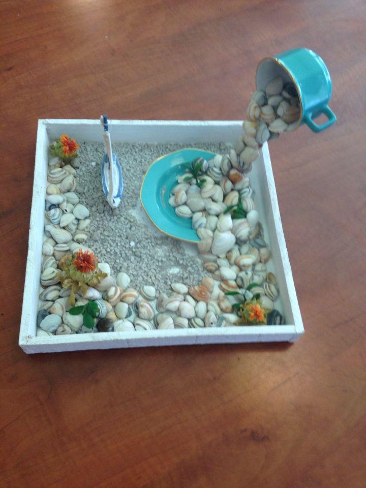 Zwevend kop en schotel met schelpen als decoratie neergezet op de dagverzorging in - Decoratie schotel ...