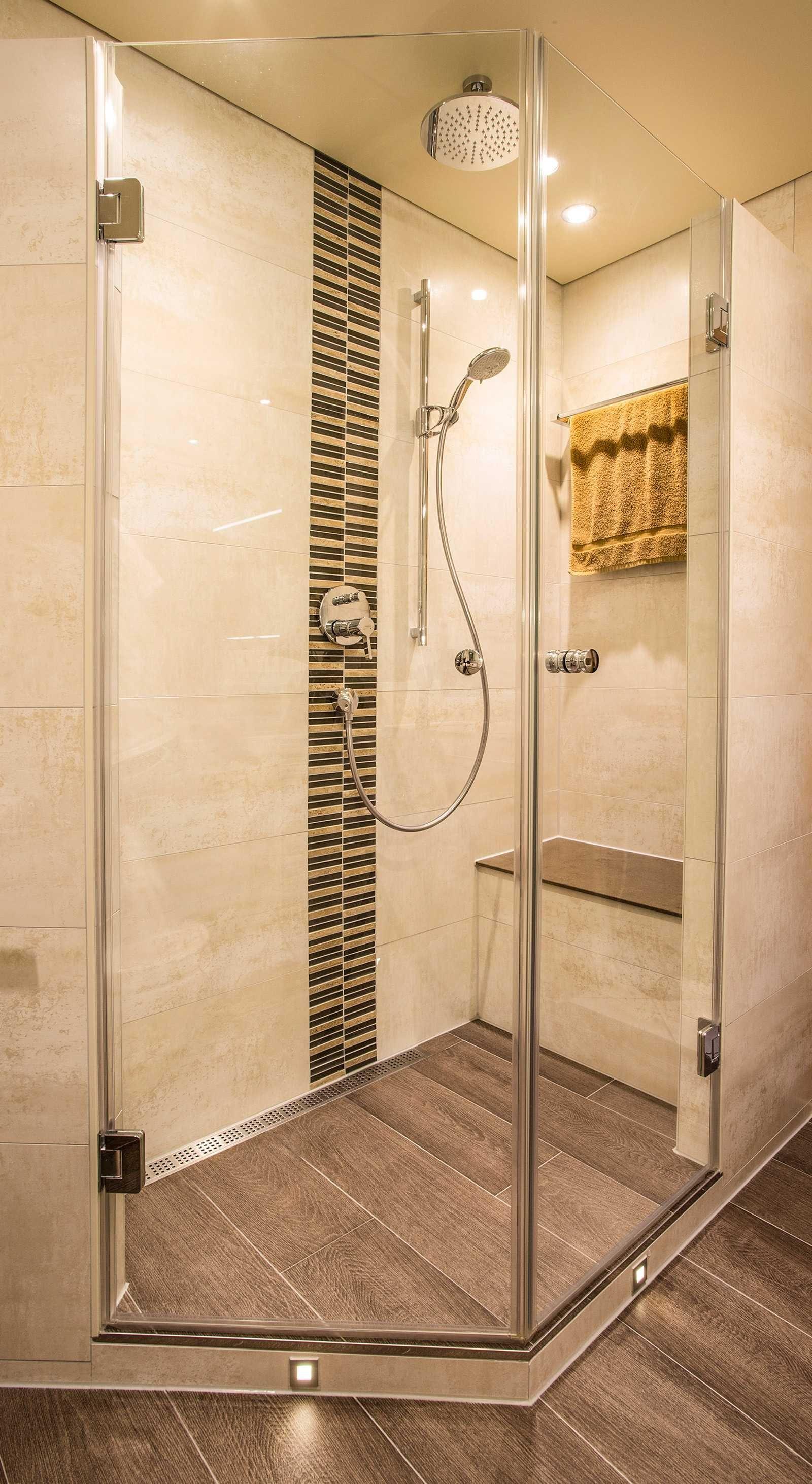 dusche mit regenduschkopf sitzm glichkeit und boden in holzoptik ic. Black Bedroom Furniture Sets. Home Design Ideas