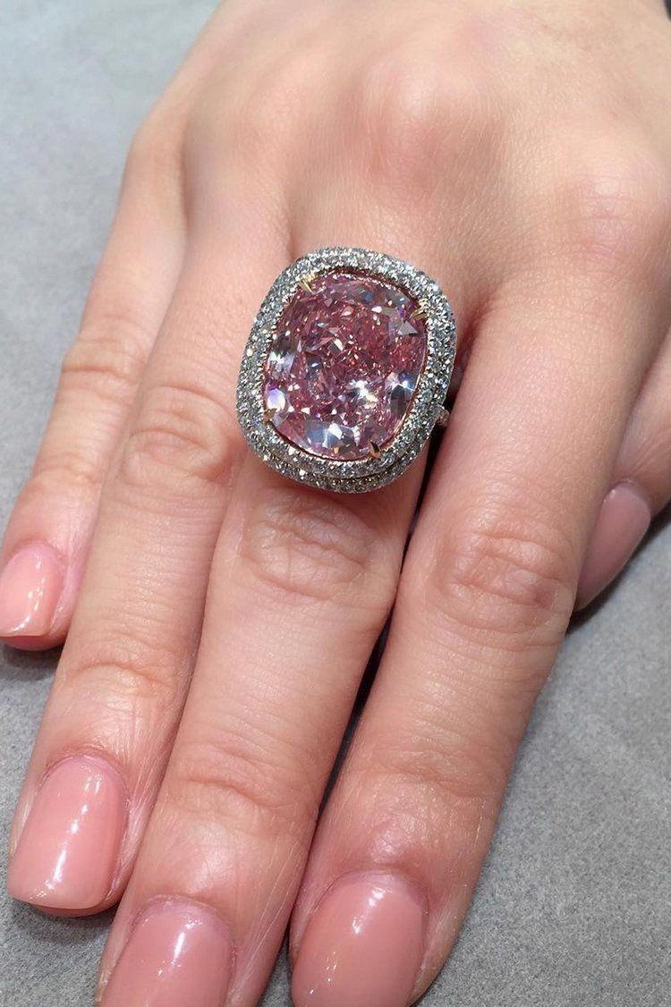 This 16.08ct cushionshaped Fancy Vivid Pink diamond ring