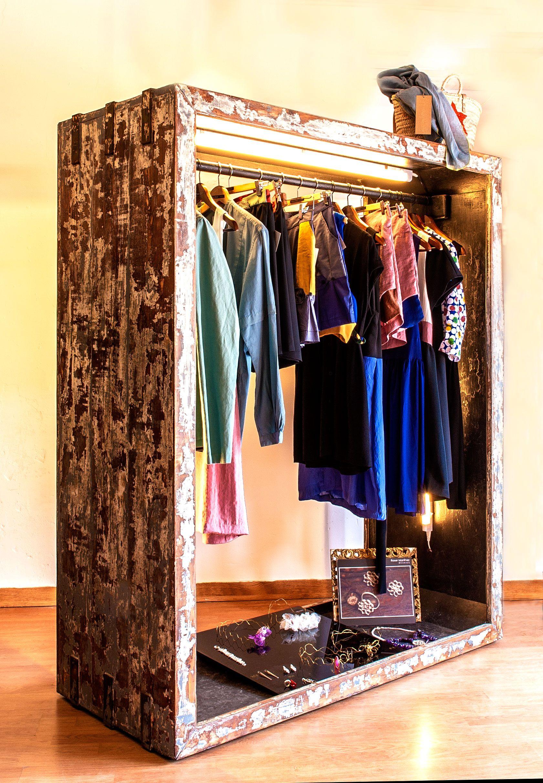 Burro de madera hecho a medida con iluminaci n led superior y lateral y acabado envejecido - Burro para colgar ropa ...