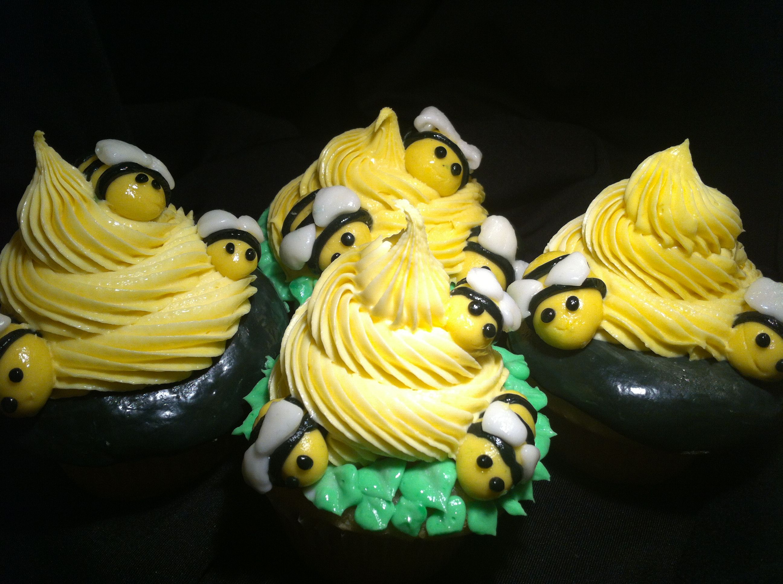Bee cupcakes! Super cute! Fun cupcakes, Cupcakes, Bee