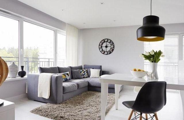 wohnzimmer modern einrichten weiss-graues-sofa-shaggy-teppich