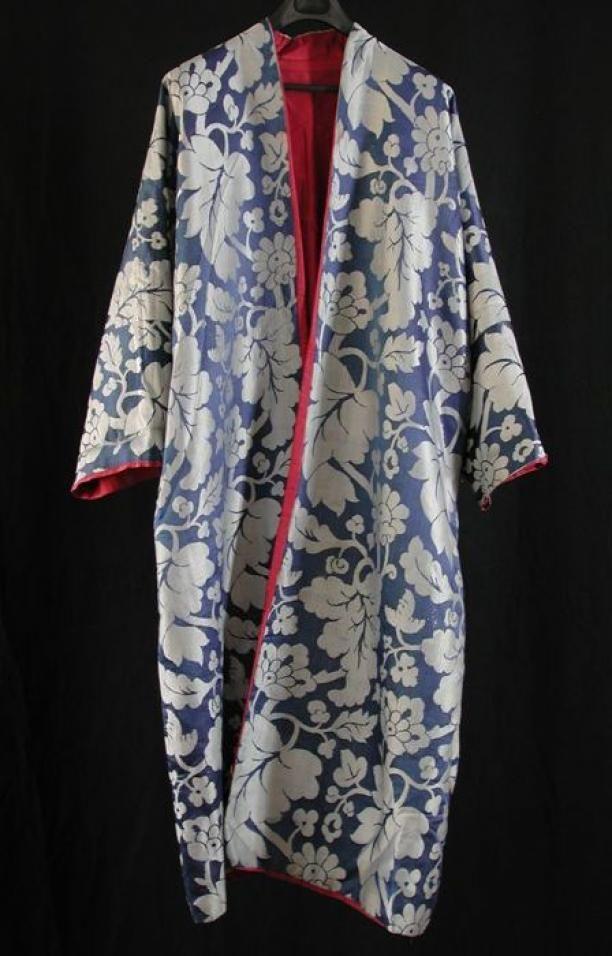 Kamerjas van blauwe zijde met zilverkleurige ingeweven bloemmotief en rode rips voering, kimono | Modemuze