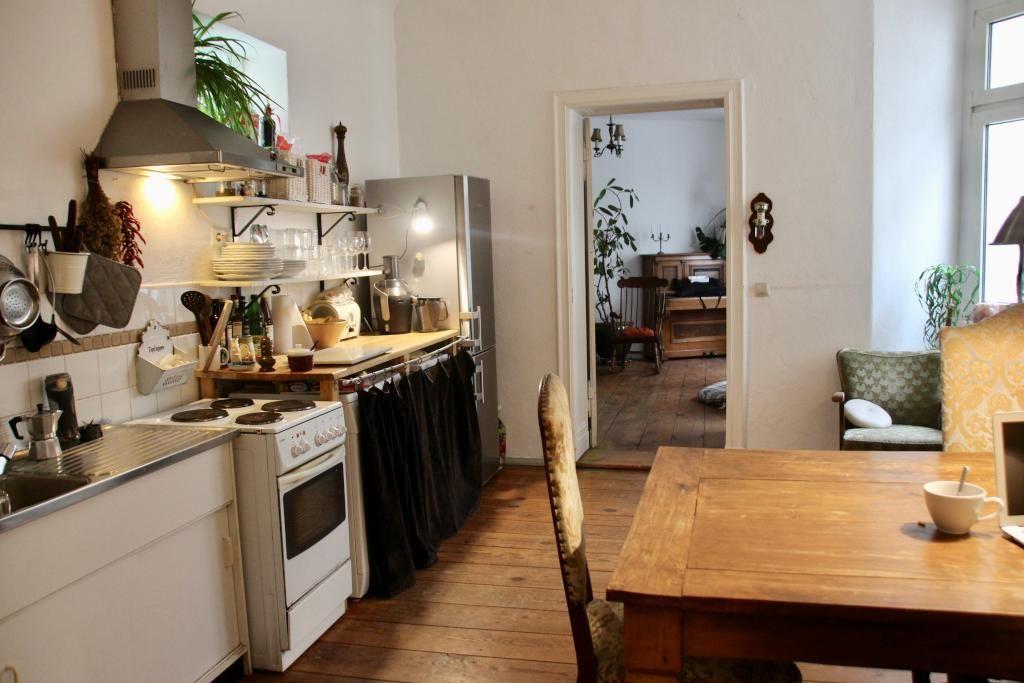 gem tlich eingerichtete k che in sch ner berliner altbauwohnung holztisch espressokocher. Black Bedroom Furniture Sets. Home Design Ideas