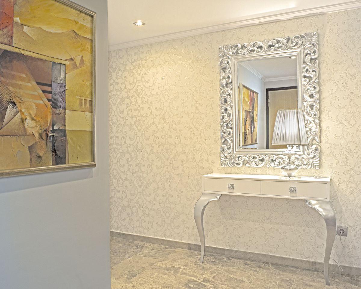 Recibidor con papel pintado de roberto cavalli consola blanca y plata y espejo villalba - Muebles pintados en plata ...