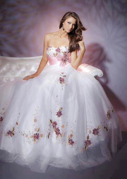 la nueva tendencia de vestidos de novia con apliques de flores y