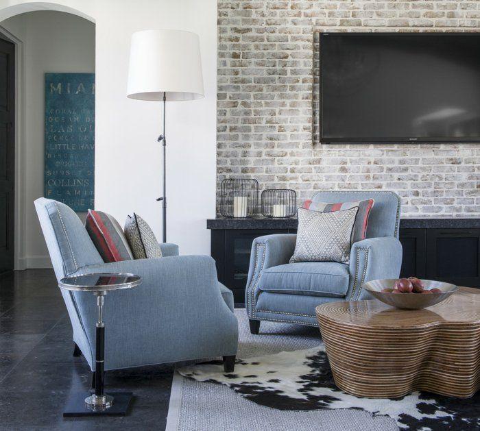 Bodenfliesen Wohnzimmer Fellteppich Cooler Couchtisch Hellblaue Sessel