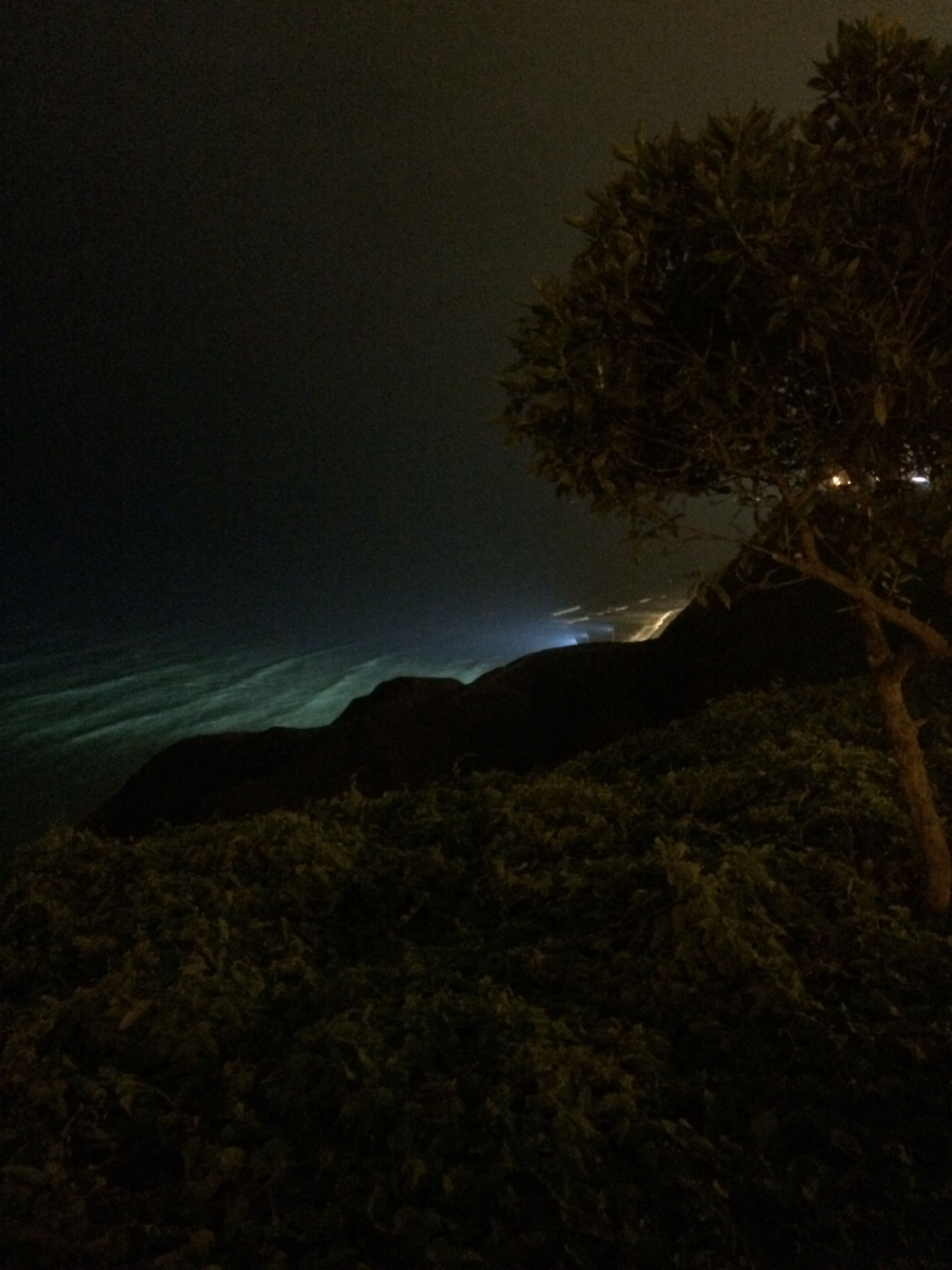Hermosa vista nocturna de malecón de Miraflores, Lima.