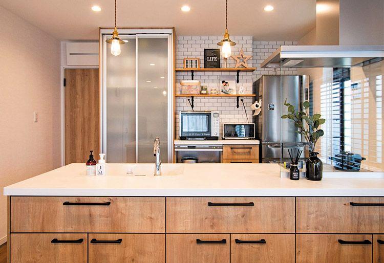 ガレージのあるカフェスタイルのldk リビング キッチン アレスタ キッチンインテリアデザイン