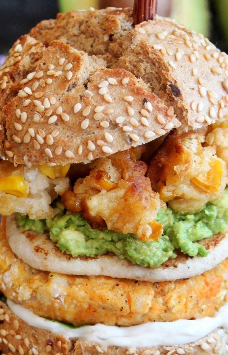 Süßkartoffel-Reis Burger - mit Mozzarella, Guacamole und frittierten Mais
