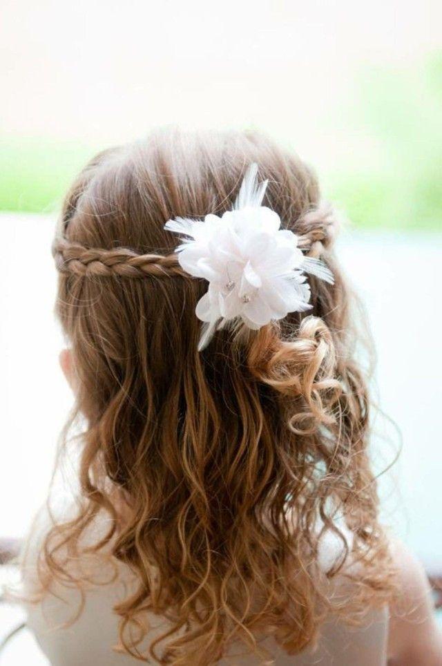 Kinderfrisuren Madchen Hochzeit Halboffen Zopfe Blume Haarschmuck