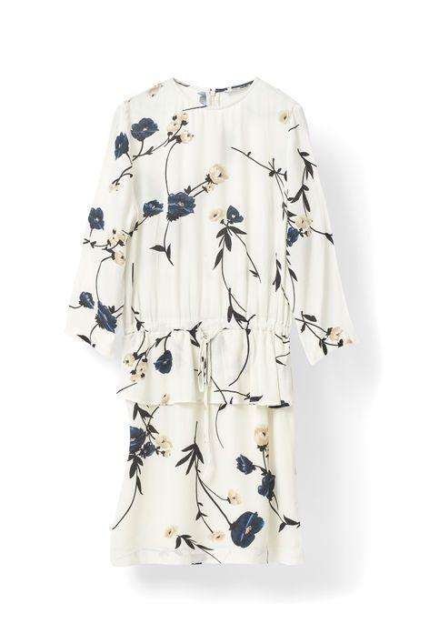 Kort kjole skåret i print-crepe, der falder  smukt, og har trekvart ærmer, peplum-skørt i  taljen samt overdel med læg.