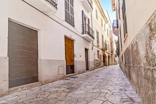 Apartment Estudi General Palma de Mallorca Located 600 metres from Palma Port, Apartment Estudi General offers accommodation in Palma de Mallorca. Guests benefit from balcony. Free WiFi is featured throughout the property.  There is a dining area and a kitchen.