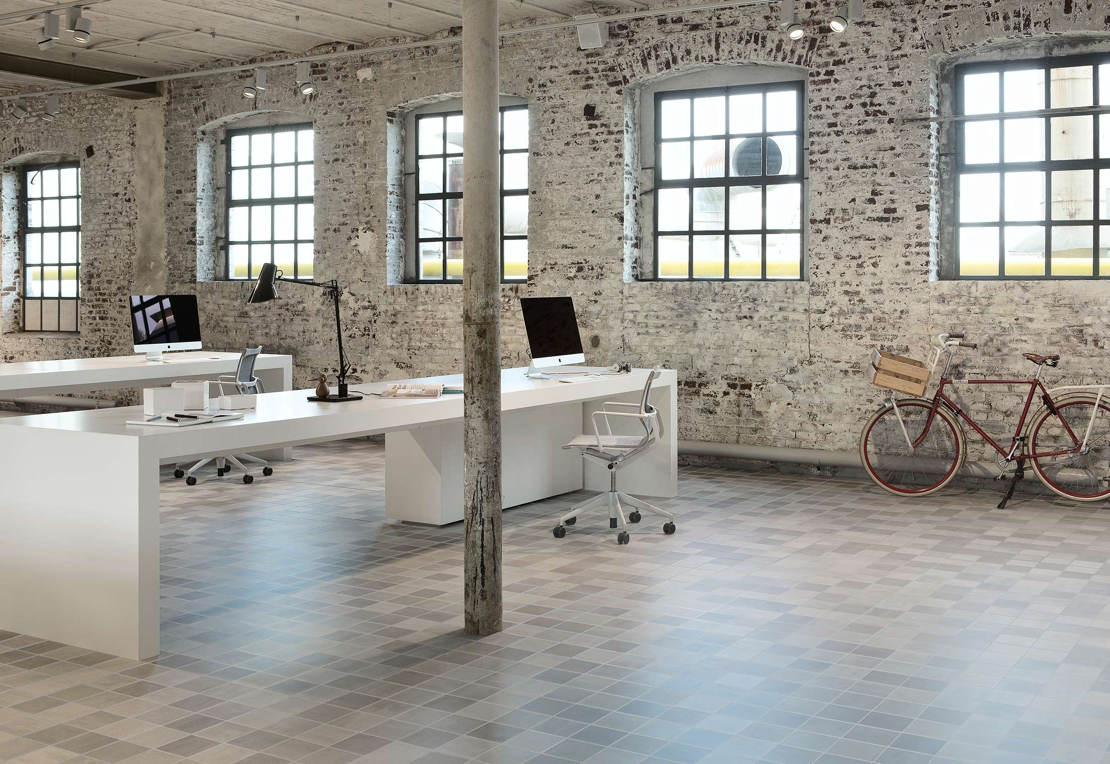 Vloertegels Badkamer Mosa : Oude fabriekshal als inspirerende werkomgeving met vloertegels mosa