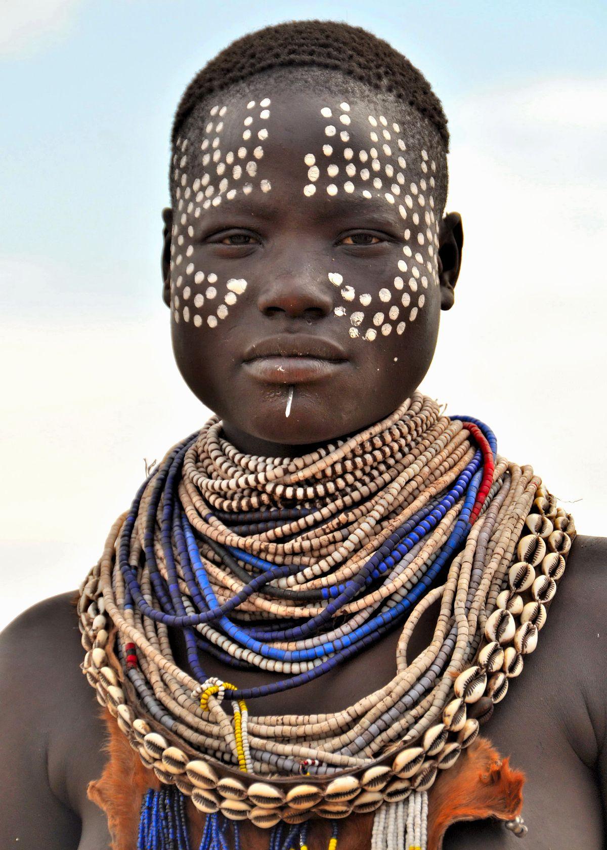 Deze prachtig versierde Karo mevrouw leefde in een dorpje aan de Omo rivier. Het leven van deze mensen wo... - Omovallei, Ethiopië |