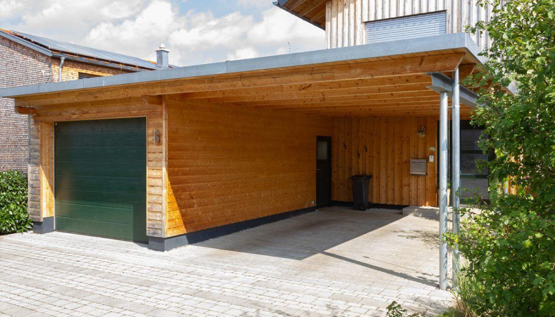 Idee Mit Carport Aus Holz Mit Angrenzenden Geschlossenen Garagenbereich Wandleuchten Briefkasten In 2020 Carport Holz Carport Modern Wandleuchte