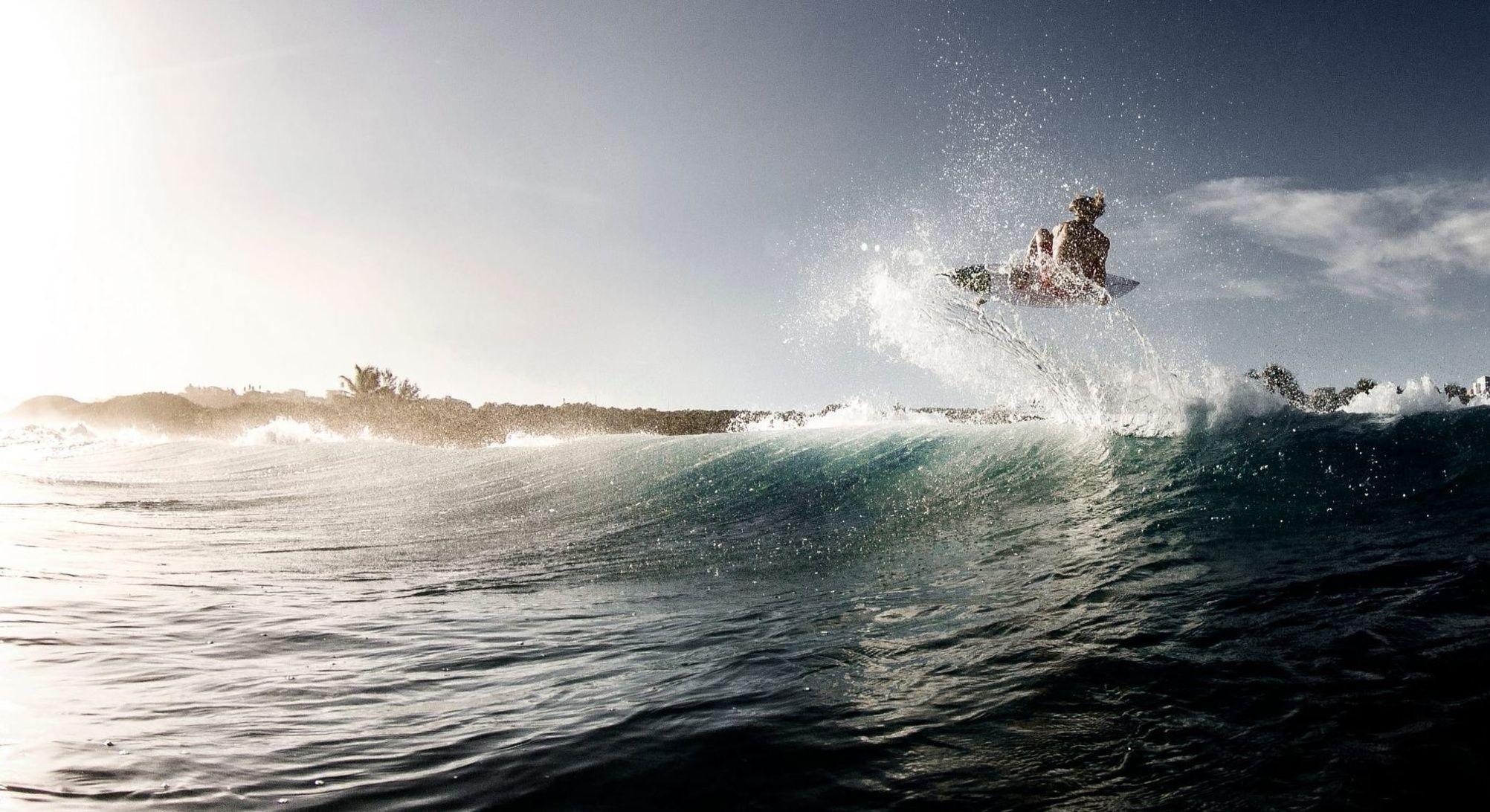 A la vida hay que comérsela a mordiscos cual tiburón siempre con hambre insaciable voraz agresivo sin compasión hay que devorarla al completo... #atardecer #sunrise #oceano #ocean #agua #water #surf #surfer #ola #wave #puertorico #caribe #caribbean // Fot.: K. Krowel