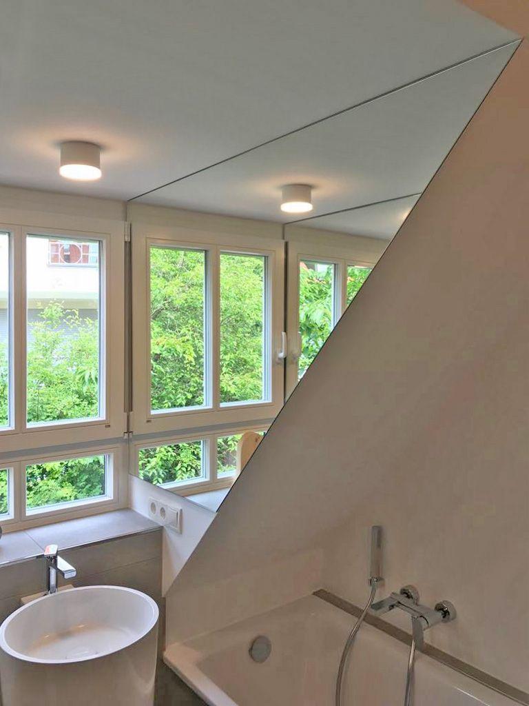 Verspiegelte Fensterlaibung In Einem Badezimmer Mit Dachschrage