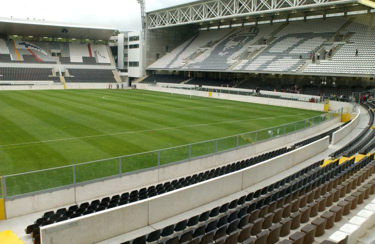 Interior Estadio Dom Afonso Henriques, Guimarães, Portugal. Capacidad 30.000 espectadores.
