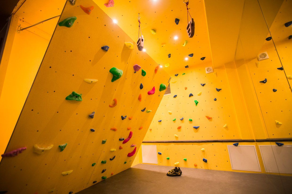 Rock Climb At Home With An Inclined Bouldering Wall クライミング
