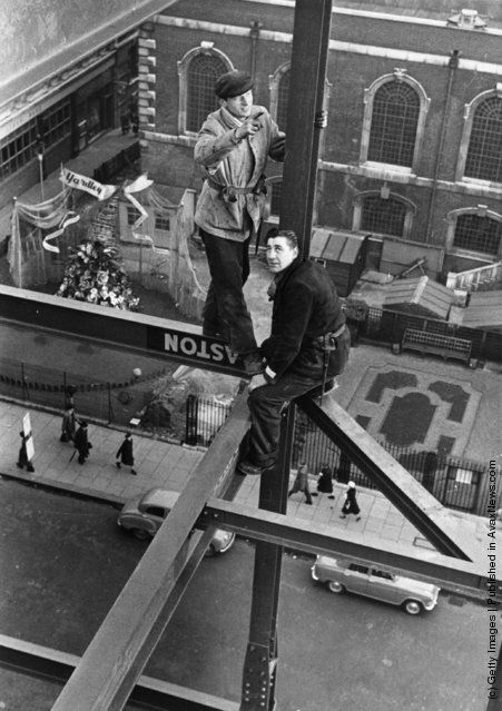 """A """"spider man"""" or steel construction worker crosses a steel girder with a foothold of a mere 1.75 inches. (Photo by John Murray/Getty Images). 1955"""
