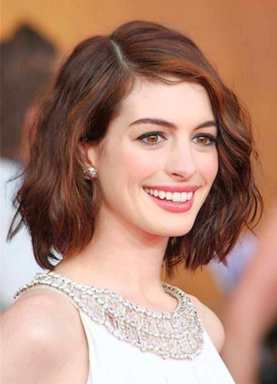 Anne Hathaway Short Wavy Hairstyles Anne Hathaway Wavy Haircut Short Hair Styles Hair Styles Oval Face Hairstyles