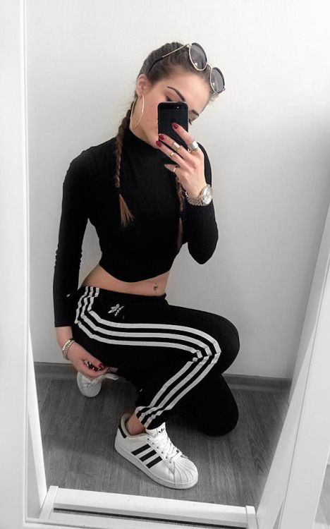 With the traditional three,stripe insignia and a sleek stretch fit* these  adidas Originals leggings combine the best of classic and contemporary.