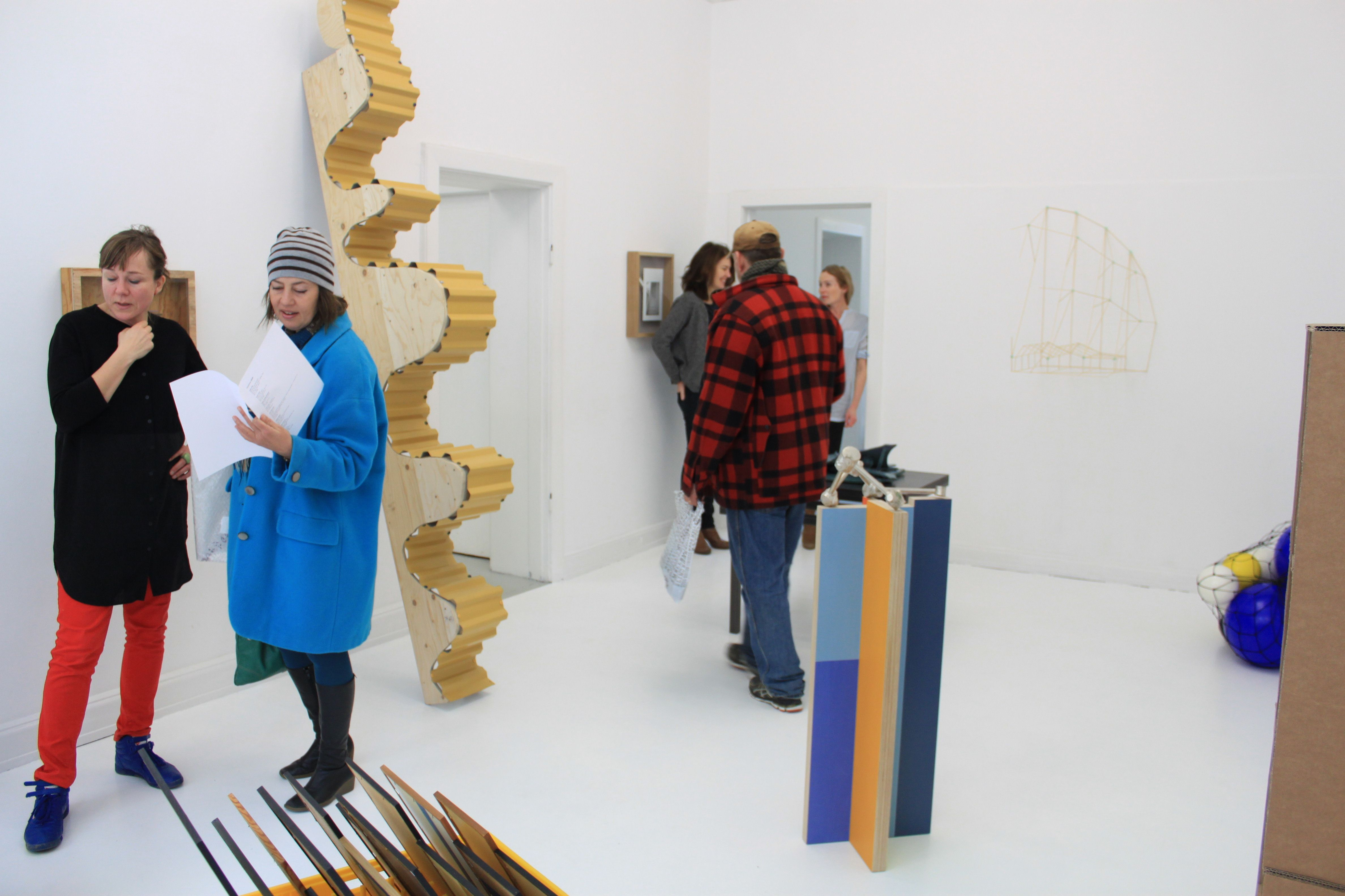 Galleri Superobjekt præsenterer gruppeudstillingen HOP – skalaværker kurateret af billedkunstnerne Karin Lind og Peter Holm / t e k s a s.