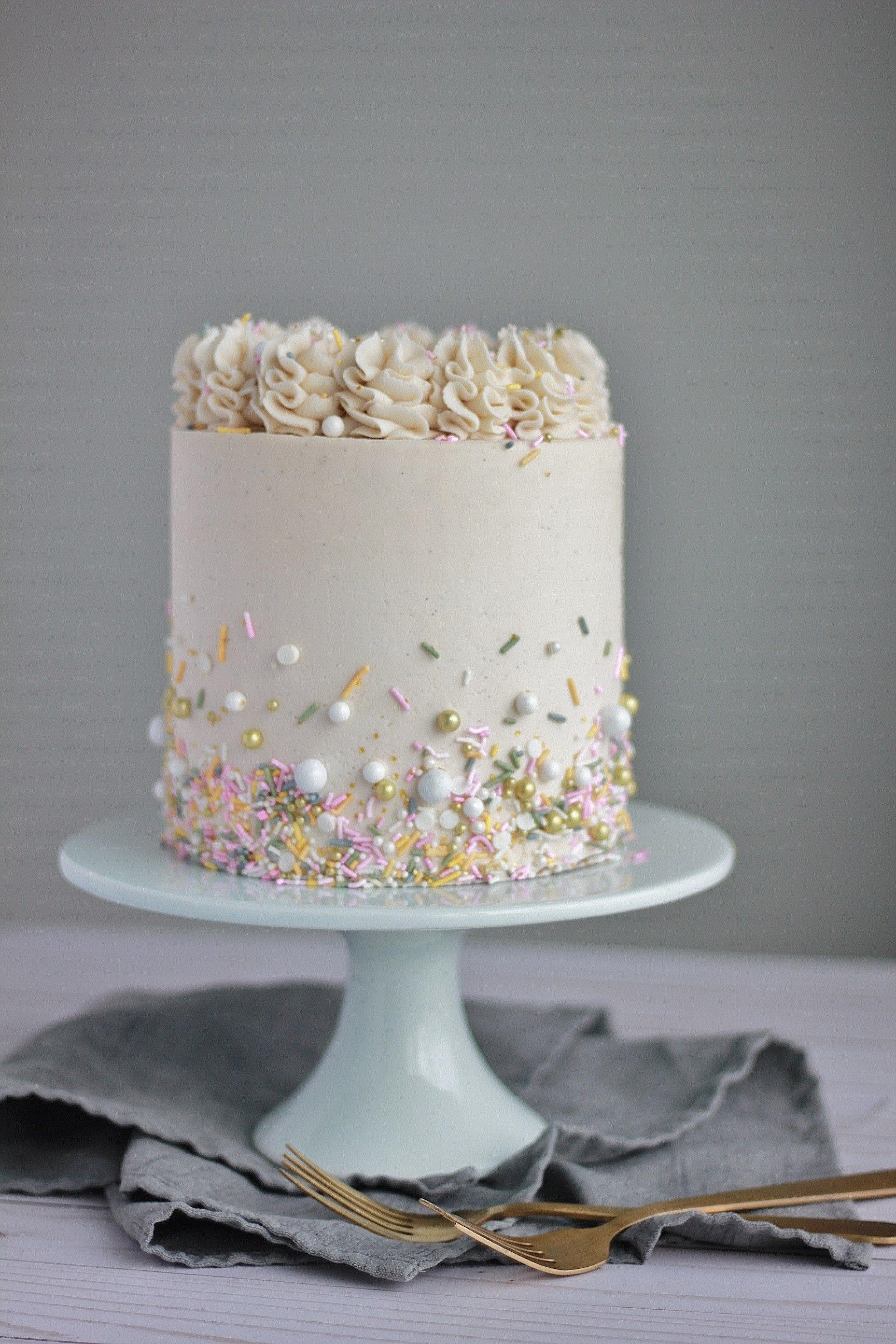White Cake With Vanilla Buttercream Baking With Blondie Recipe Creative Cake Decorating Butter Cream White Cake