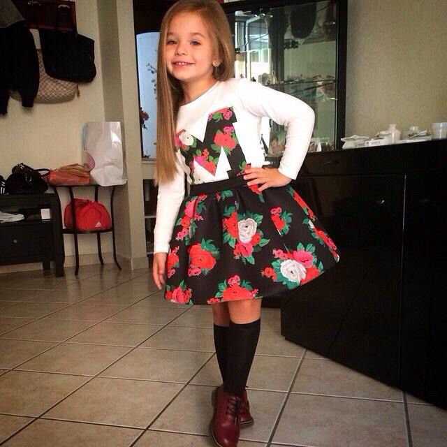 Adorable Little Girl Dressed Upfloral Dress,Like The Knee