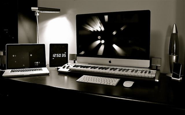 Cinema Display. M-Audio Keyboard.