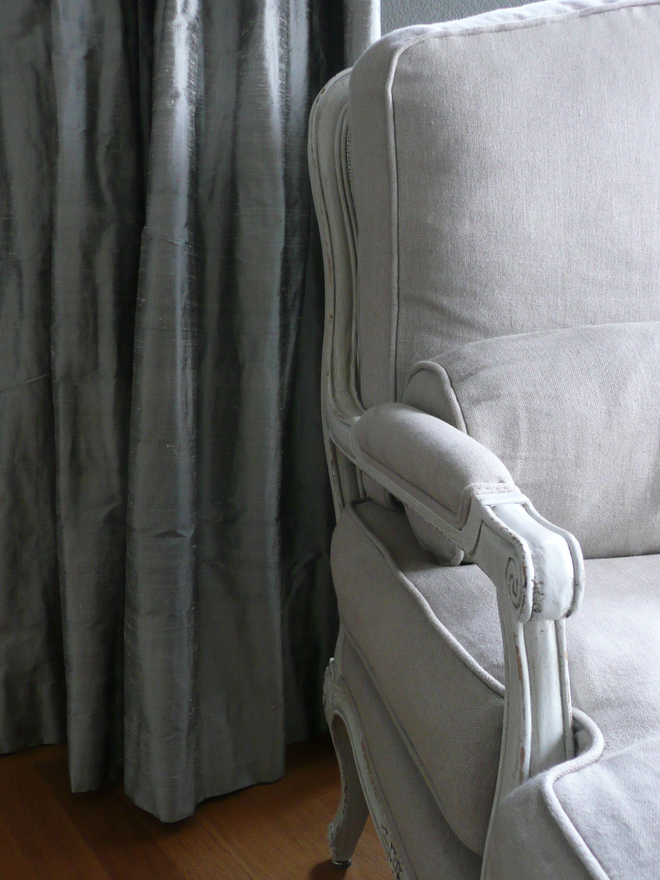 Grijze zijden gordijnen; een klassieke stof in een moderne kleur ...