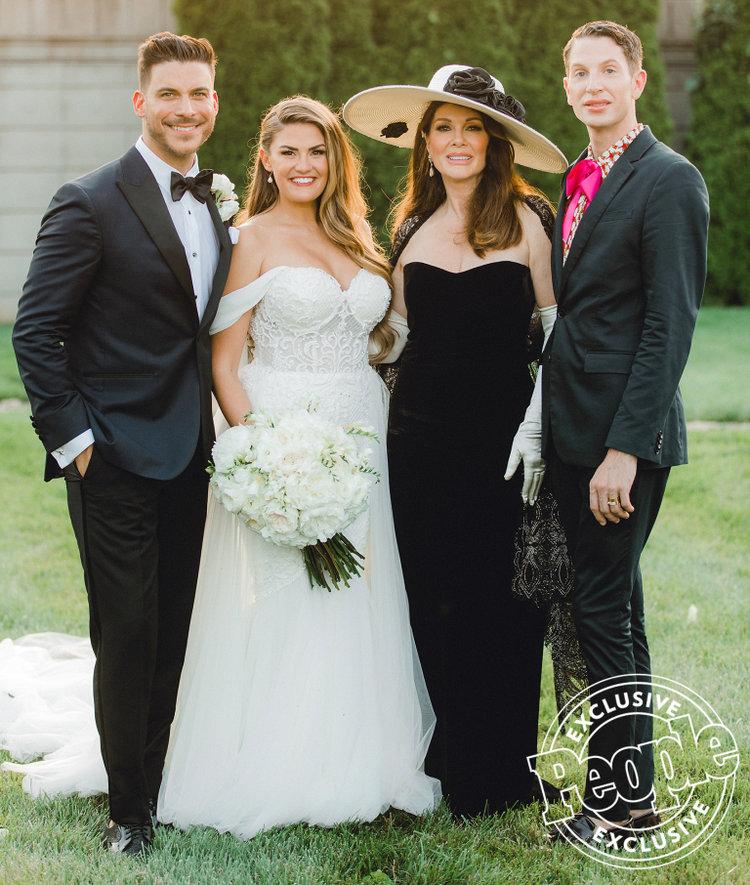 Lisa Vanderpump Stuns At Jax Brittany S Wedding In A Fascinator And Opera Gloves Lisa Vanderpump Celebrity Wedding Photos Vanderpump