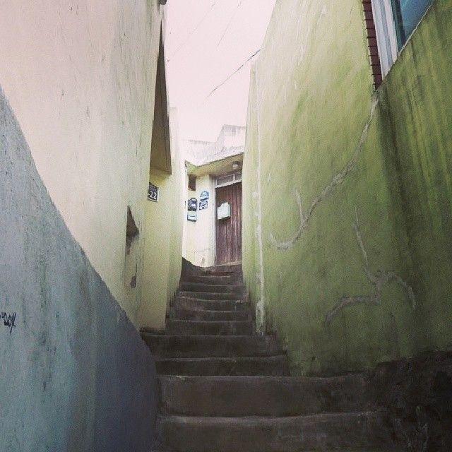 .@wizao_o   #korea #busan #door #stair #부산 #계단 #골목 #창문 #문   Webstagram