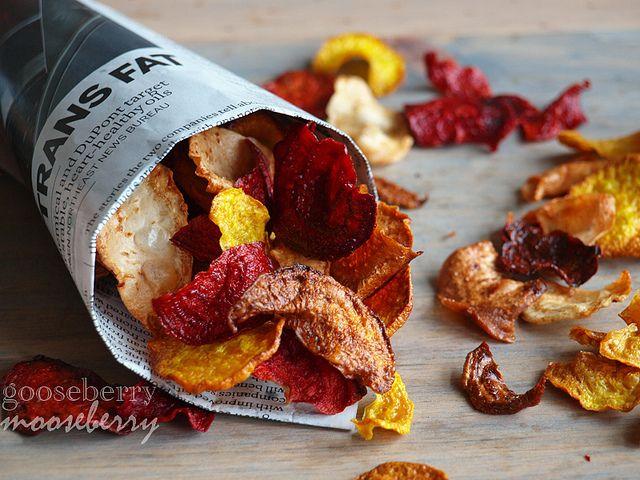 Všechnu podzimní kořenovou zeleninu si můžete užít v podobě křupavých chipsů ke sledování filmů v pochmurných mlhavých dnech. Stačí na tenko nakrájet a upéct v troubě s olejem a kořením.