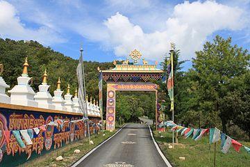 Panillo - entrada templo budista (Huesca)