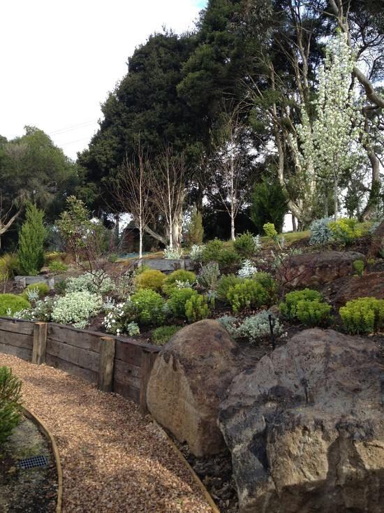 Hangbefestigung Stützmauer-errichten mit-schalungssteinen Garten - ideen gartengestaltung hanglage