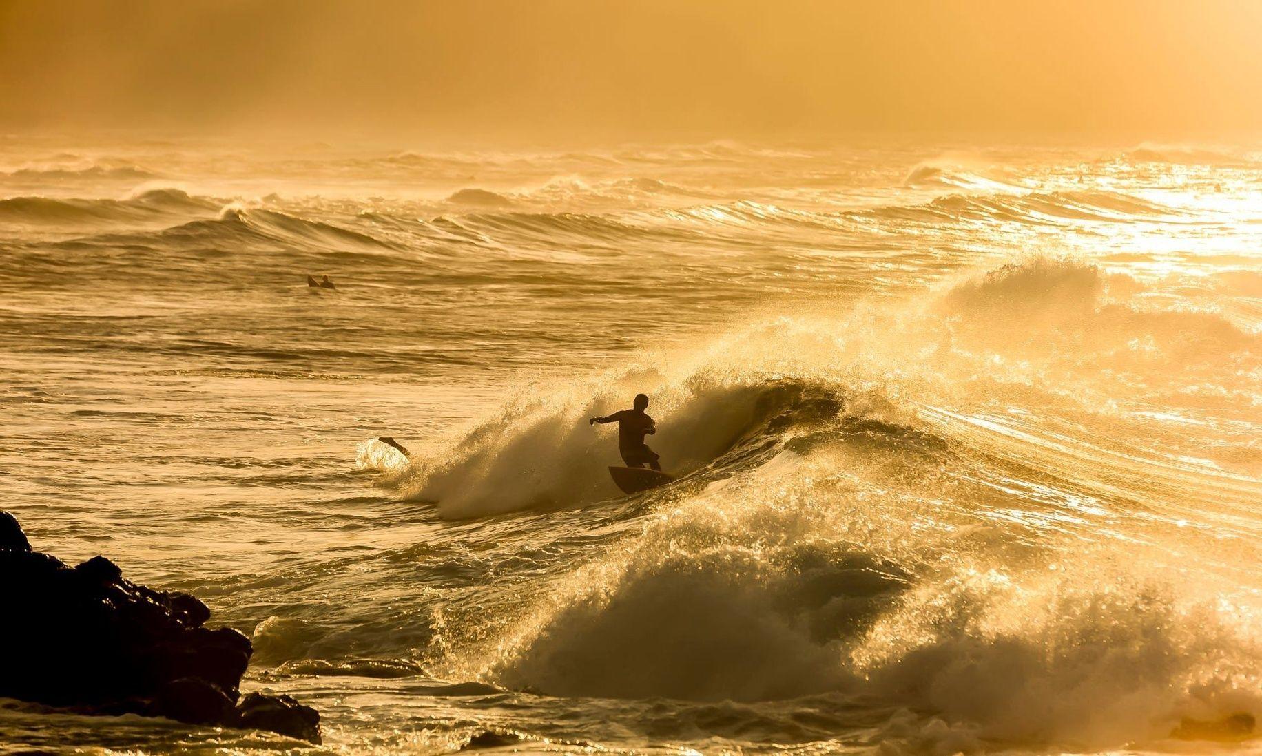 Si le echas algo de ganas conseguirás que el mismo sol gire en torno a ti ------------- Ojo no confundir con pensar que todo gira en torno a ti (error). Sé tú mismo cree en ti nada más y... disfruta del día a día ------------- Fot.: GGuggenbuehl #hookipa #maui #hawaii #beach #playa #mar #sea #ocean #oceano #surf #surfer #surfing #surfstyle #ola #wave #atardecer #sunset #musica #music ------------- Carreteras infinitas - Sidonie