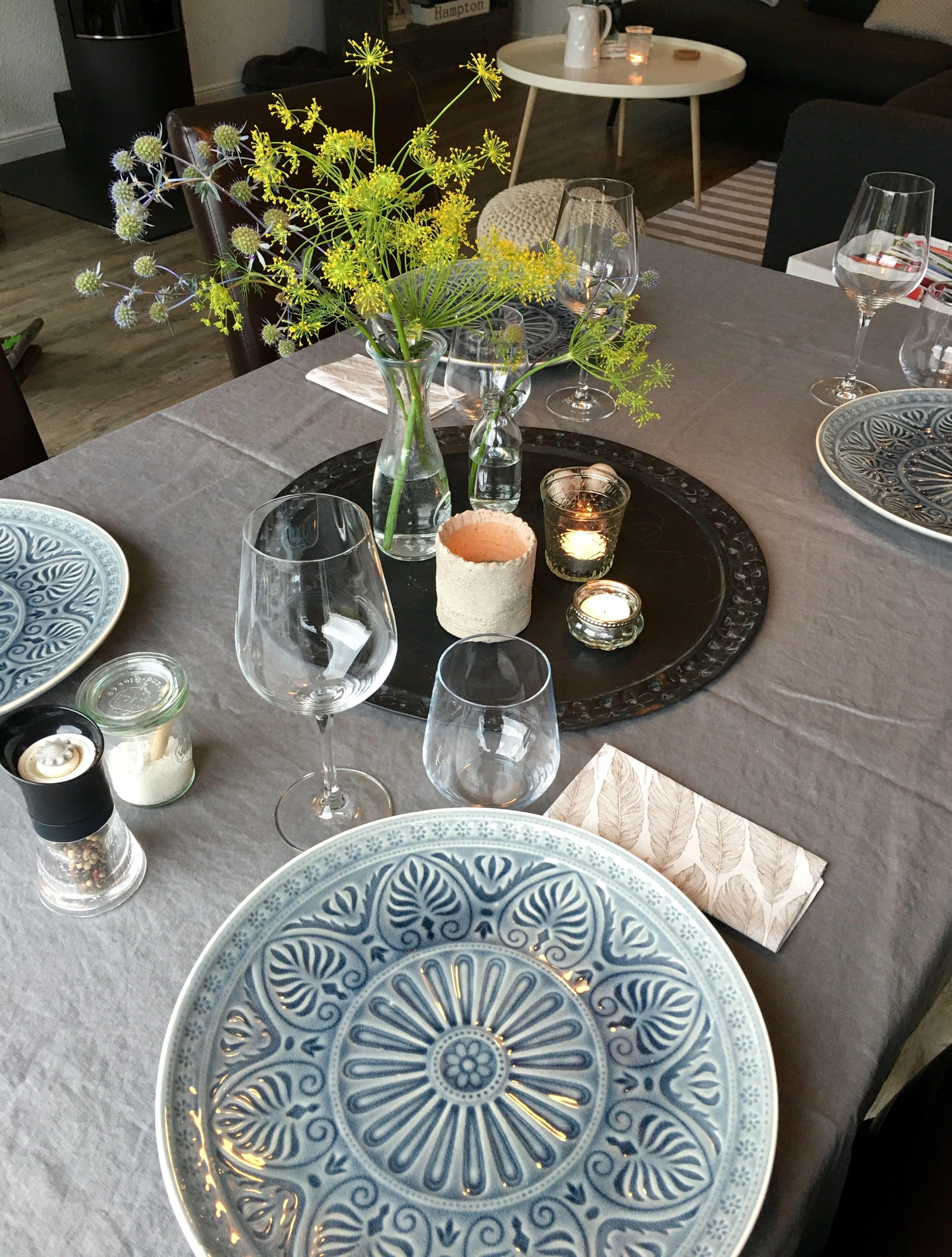 Natürliche Tischdeko Blumen Dill und Disteln Leinentischdecke