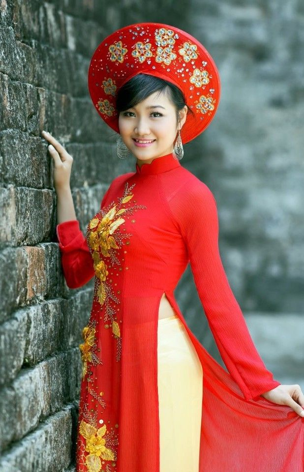 Traditional Vietnamese Wedding Dress - Love the red and intricate ...
