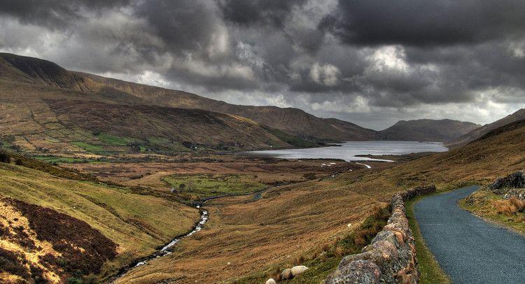 La route qui borde le Lough na Fooey, un lac au Connemara, en Irlande.