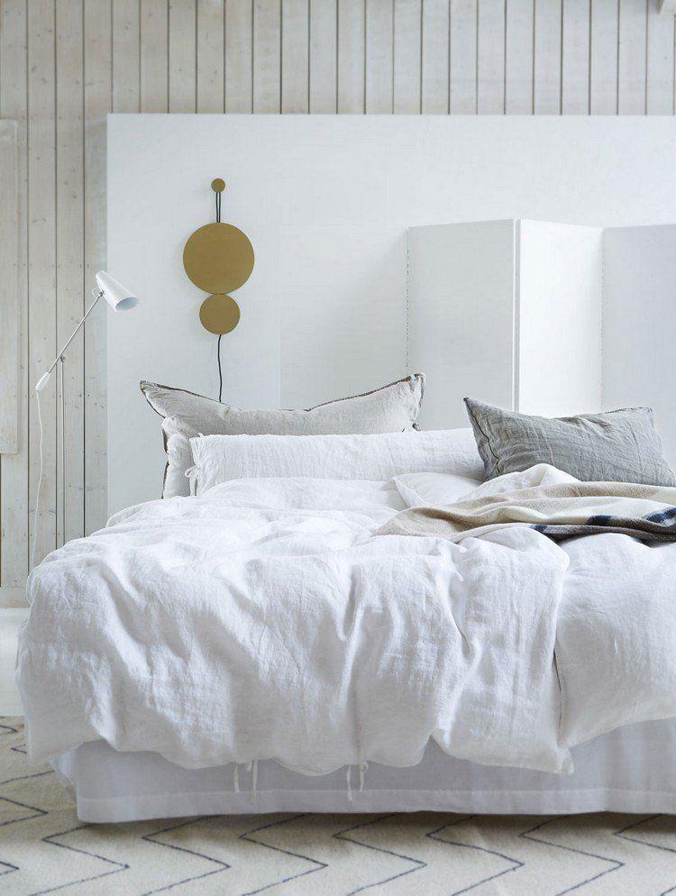 chambre romantique -tete-lit-blanche-lambris-mural-bois-gris-clair ...