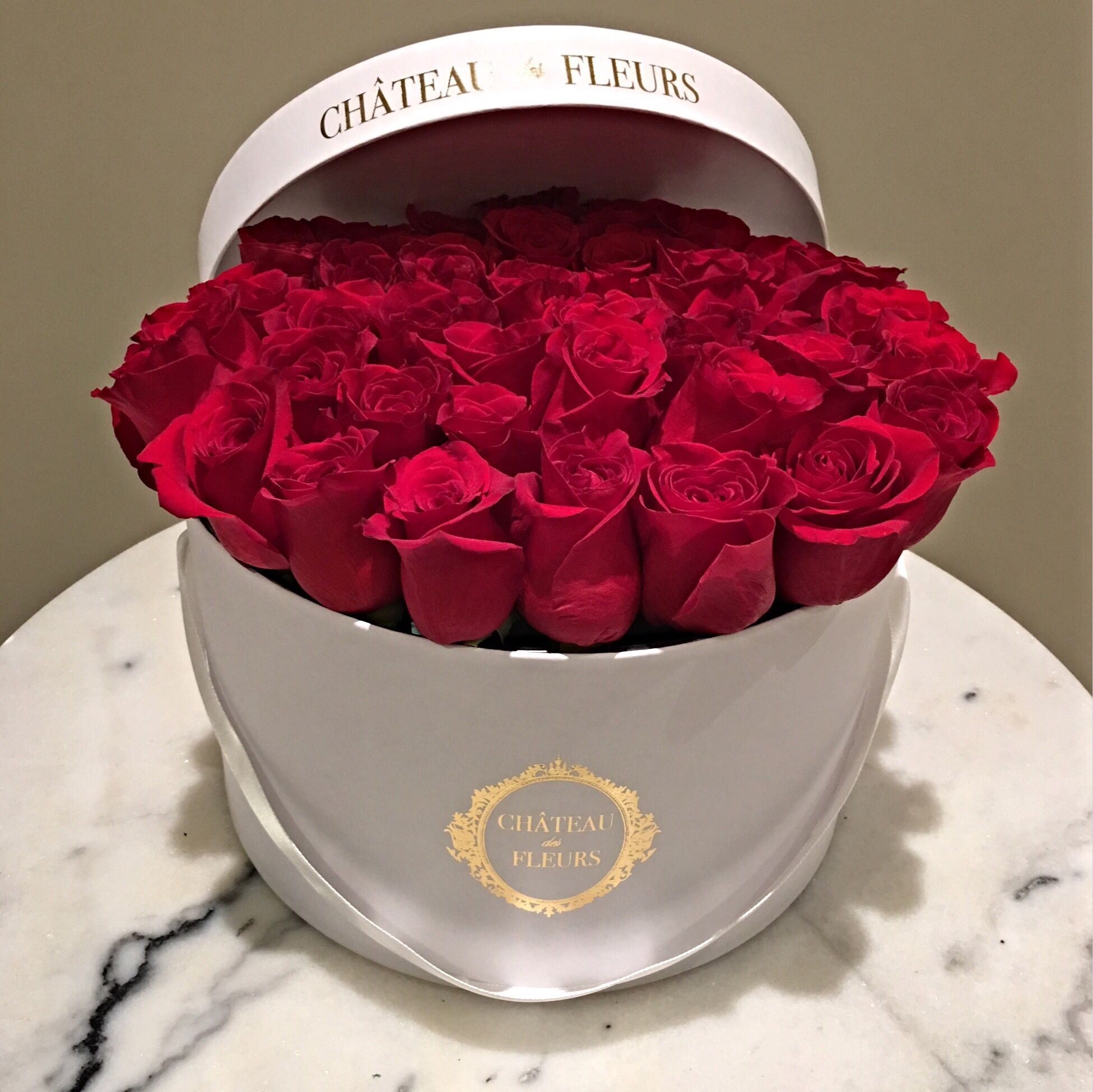 Signature Round Box Chateau Des Fleurs Rose Collection Flowers In A Box Boxed Flowers Flower Roses Luxury Roma Chateau Des Fleurs Fleurs Fleurs Paris