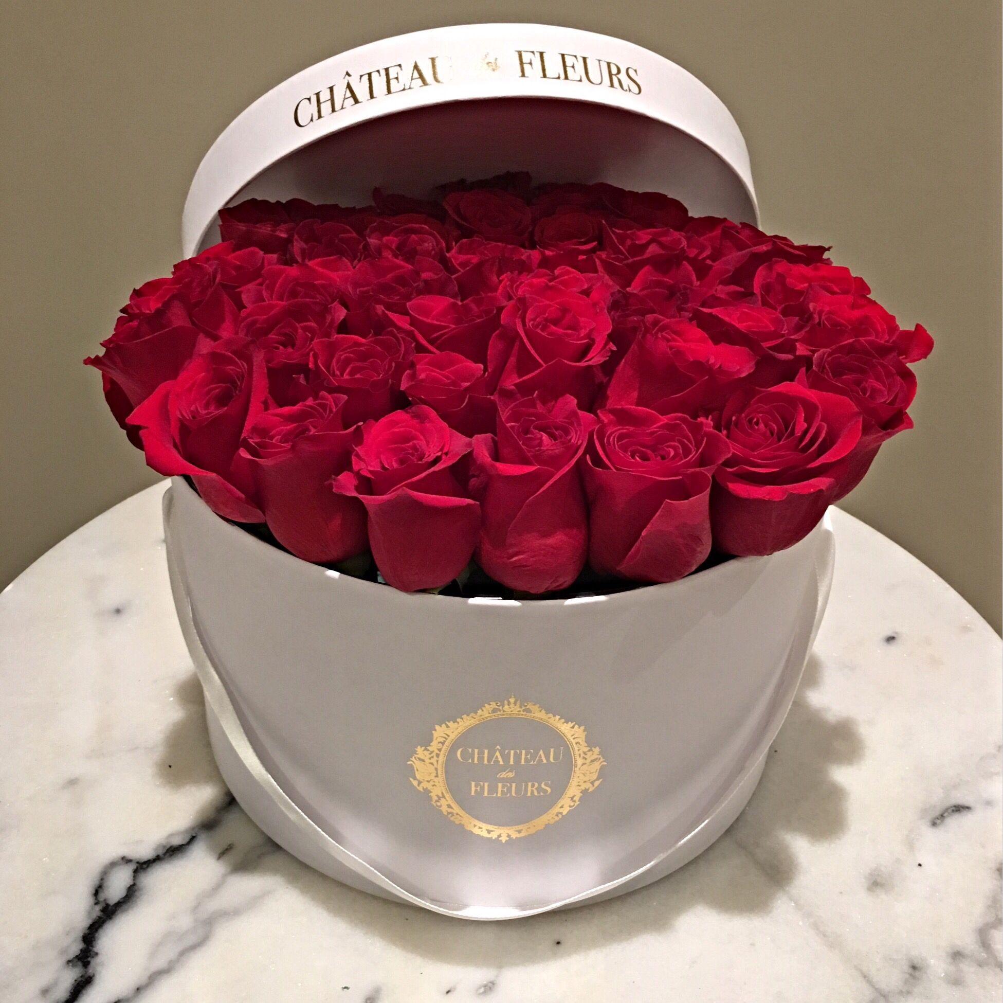 Signature Round Box Chateau Des Fleurs Rose Collection Flowers In A Box Boxed Flowers Flower Roses Luxury Roma Chateau Des Fleurs Fleurs Fleurs Paris