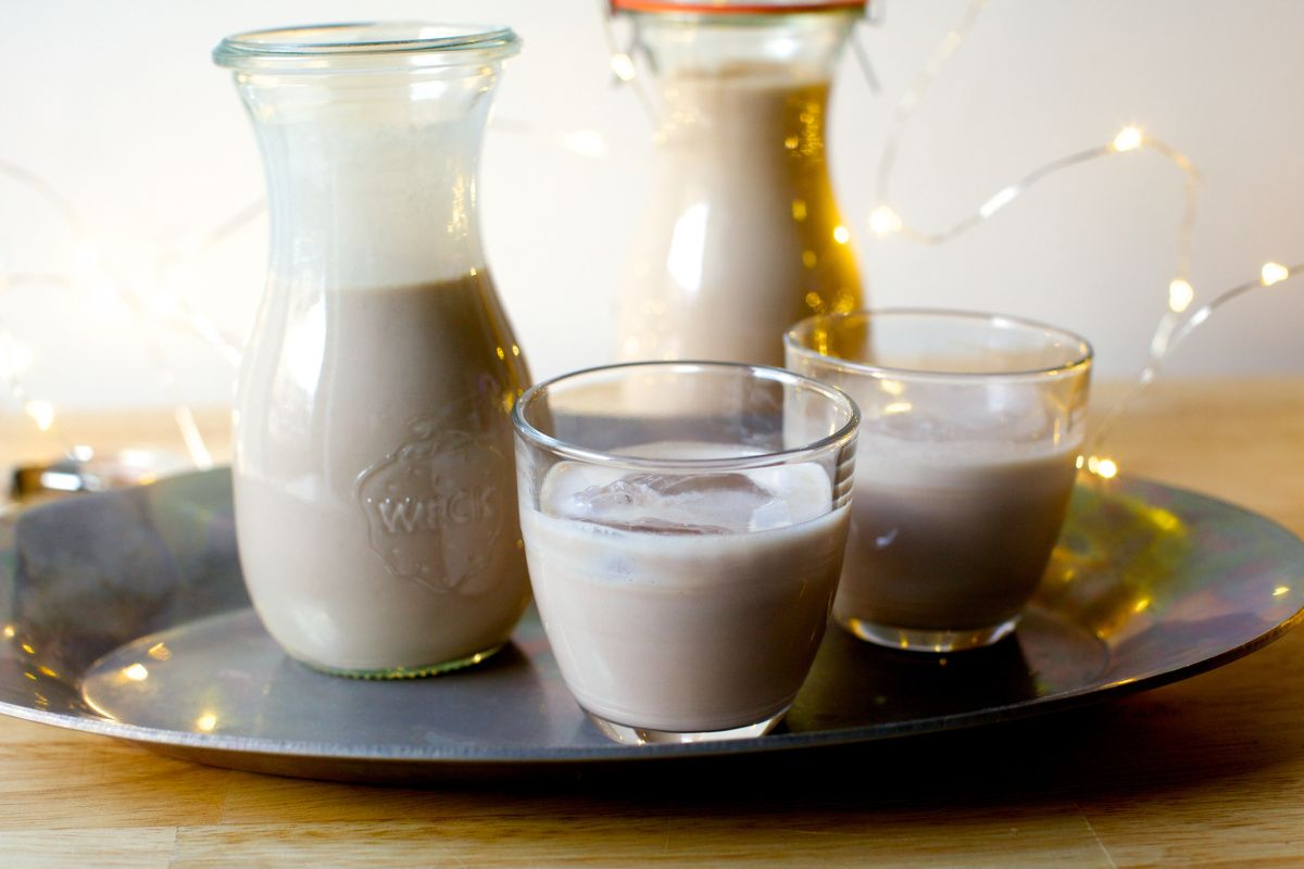 Homemade Irish cream takes 5 minutes to make, has about 3 ingredients and makes lovely gifts for lucky people.