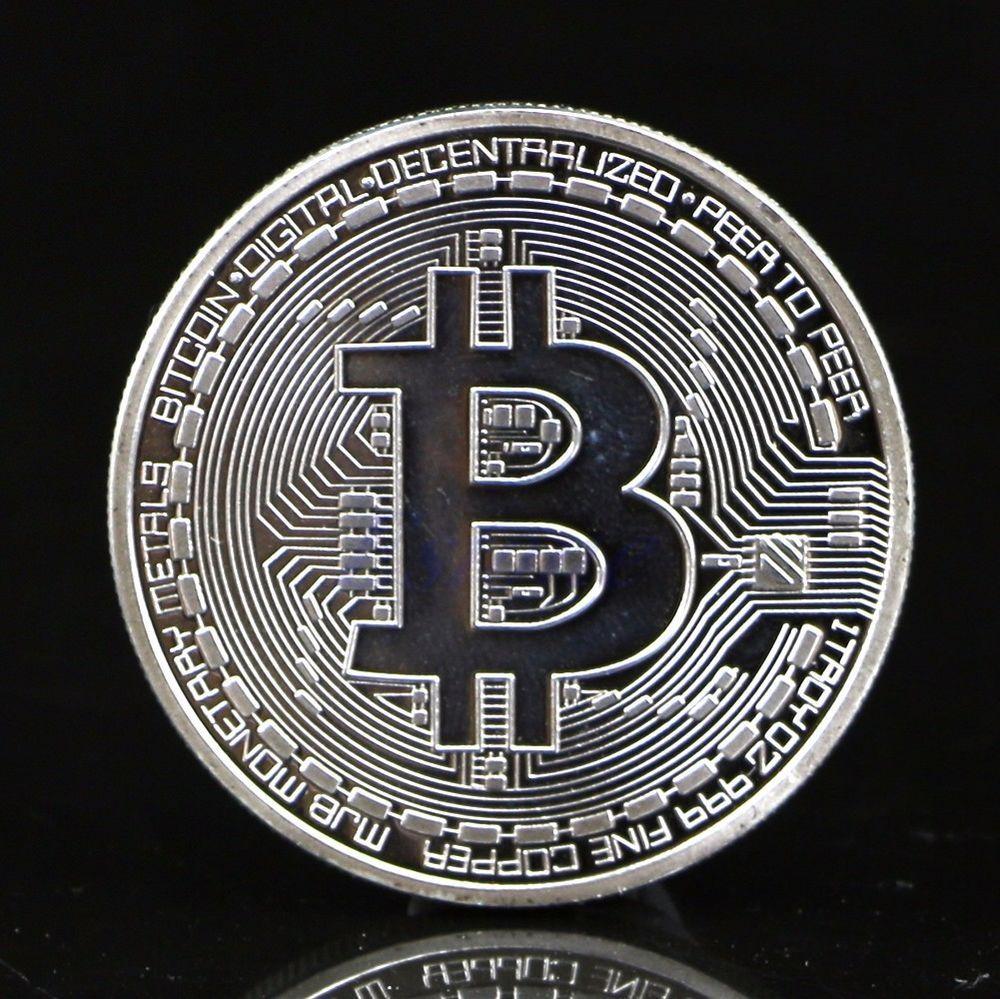 Gold coin souvenir Bitcoin su uno sfondo nero.