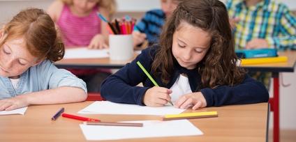 Quelques séances de sophrologie adaptées pour les enfants peuvent aider votre enfant à se détendre, à gérer son stress, à reprendre confiance en lui, à se remotiver ou à canaliser son énergie.