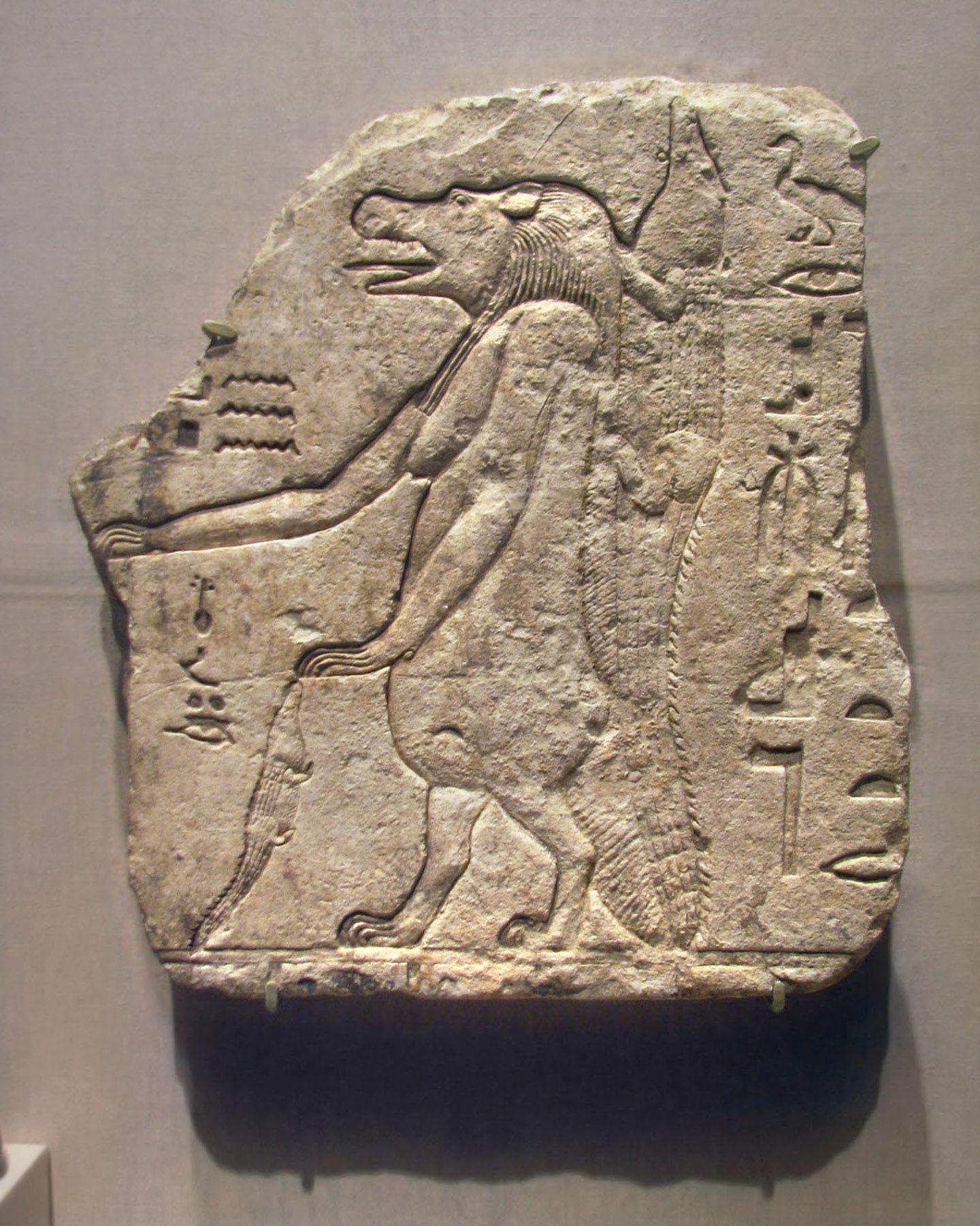 fragmento de un relieve en piedra caliza representando a
