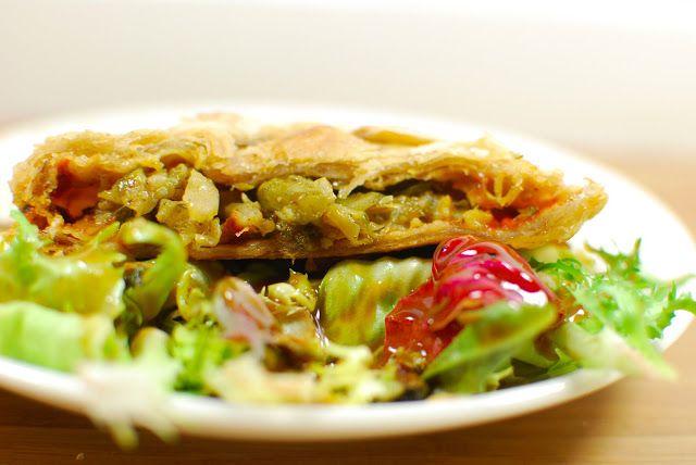 Heiligs Blechle! In der Mittagsbox von Cookies gabs diese Woche ein italienisch gefülltes Blätterteigpäckchen auf Salat. http://cookiesandstyle.blogspot.co.at/2013/03/leckerbox-5.html