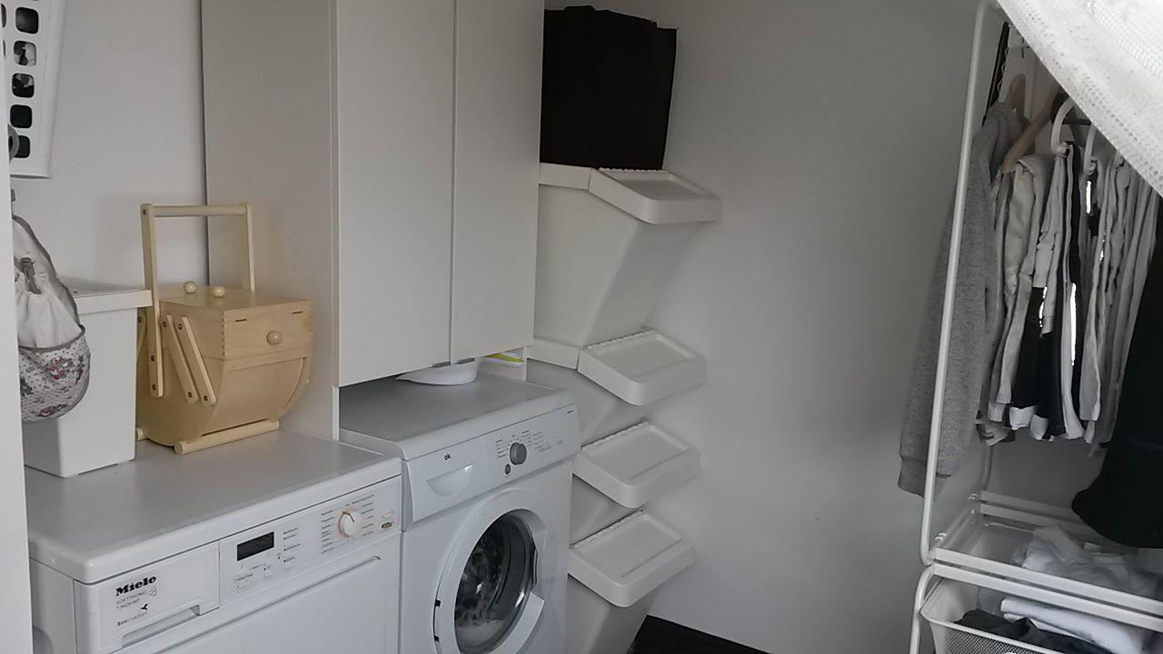 Trockner und waschmaschine mit Überschrank vorher hintere ecke in
